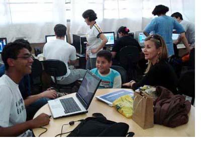 Jovens voluntários nas aulas de informática