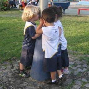 Crianças brincado de chicotinho queimado. Fonte: site do Colégio Pio XII (Vila Velha, ES)